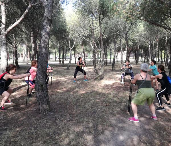Yoga al aire libre adultos